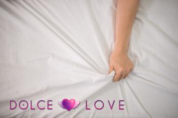 romantica-pareja-feliz-cama-disfrutando-juegos-previos-sensuales_1150-4960