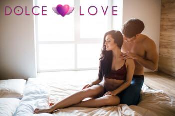 joven-pareja-sexy-tiene-intimidad-cama-chico-bien-formado-sienta-detras-mujer-hermosa-quita-lenceria-ella-posa-cama-mira-adelante-pareja-sexy-habitacion-imagen-intima_152404-4087